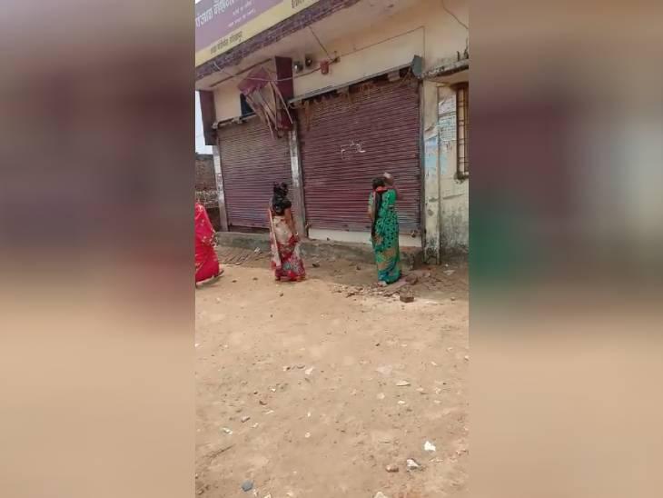 गोरखपुर में भुगतान न होने से महिलाओं ने बैंक पर किया पथराव, ललितपुर में आज नहीं खुले बैंक, ग्राहक परेशान|उत्तरप्रदेश,Uttar Pradesh - Dainik Bhaskar