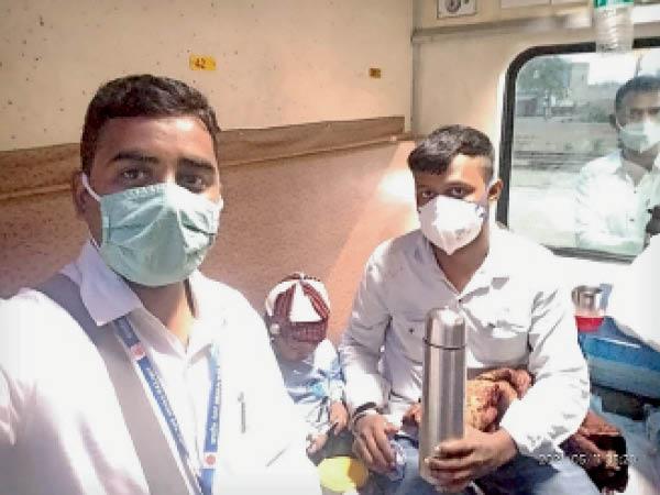 भरतपुर. ट्रेन में मौजूद टीटीई, बालक और उसका पिता। - Dainik Bhaskar