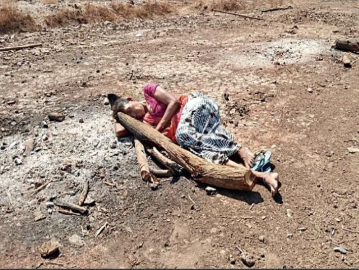 बेटे की याद आती है तो उसकी चिता की राख पर सो जाती है|गुजरात,Gujarat - Dainik Bhaskar