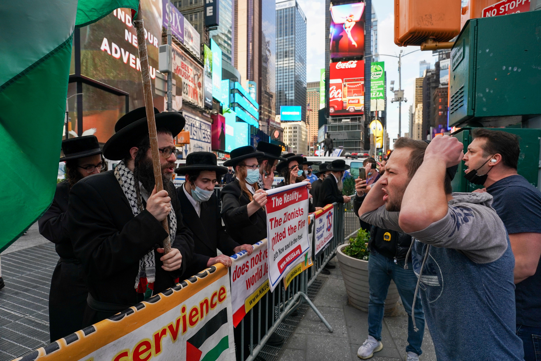अमेरिका के टाइम्स स्क्वायर पर इजराइल और फिलिस्तीन के सपोटर्स ने प्रदर्शन किया।
