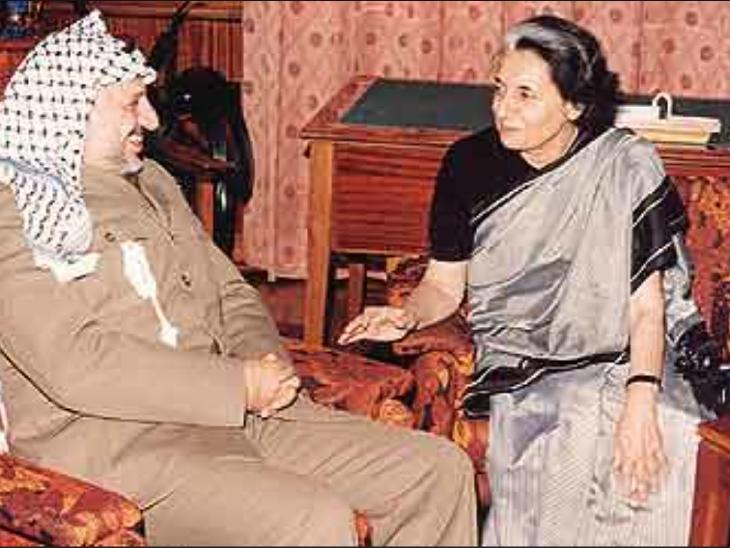 फिलीस्तीन लिबरेशन ऑर्गनाइजेशन के पूर्व प्रमुख यासिर अराफात के साथ पूर्व प्रधानमंत्री इंदिरा गांधी। (फाइल)