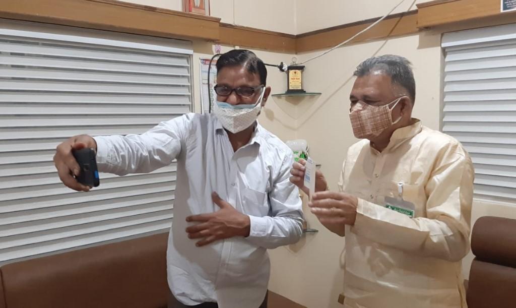 रिटायर्ड दंपती ने बचत कर एक हजार डॉलर MP के स्कूल शिक्षा मंत्री तक पहुंचाए ; बोले कोरोना के प्रकोप से परेशान हैं|भोपाल,Bhopal - Dainik Bhaskar