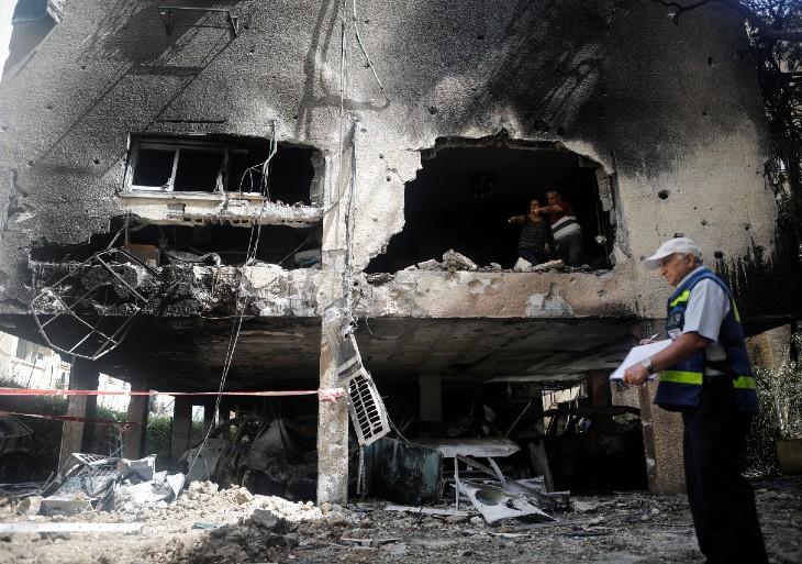 100% सुरक्षा की गारंटी नहीं है आयरन डोम, इजराइल के पेटह टिक्वा में हमले के कारण ध्वस्त हुई एक इमारत इसका सबूत है।