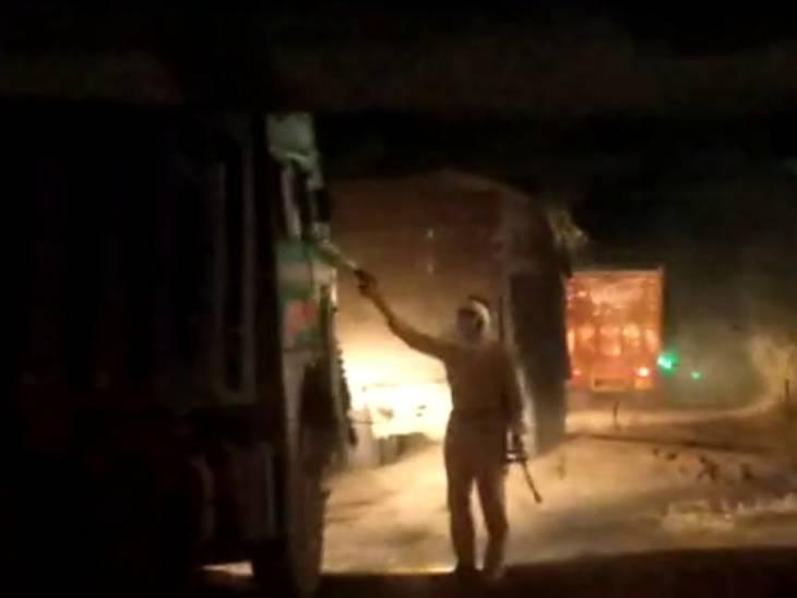जालौन में नाइट कर्फ्यू में ओवरलोड 300 ट्रकों से रोज वसूली करने वाले सिपाही-होमगार्ड पर भ्रष्टाचार की FIR; सस्पेंड किए गए|उत्तरप्रदेश,Uttar Pradesh - Dainik Bhaskar