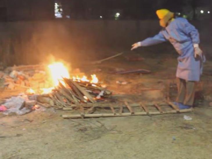 अप्रैल के आखिरी हफ्ते में दिल्ली के श्मशानों में औसतन 700 शव रोज आ रहे थे। मई के पहले हफ्ते में यह संख्या 450 के आसपास आ गई है। इन आंकड़ों से ऐसा लगता है कि कोविड की दूसरी लहर दिल्ली में अब उतार पर है।
