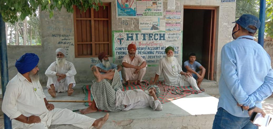 परवाह लोग गांवों की चौपालों पर बेमास्क गप्पे लड़ा रहे हैं। यहां लोग कोरोना को गंभीर बीमारी मानने को तैयार नहीं हैं।