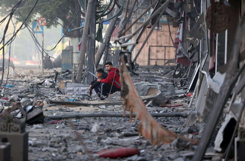 बमबारी में तबाह हुए अपने घर के बाहर बैठे 2 फिलिस्तीनी बच्चे। दोनों तरफ के हमलों में अब तक 27 बच्चों की मौत हो चुकी है।