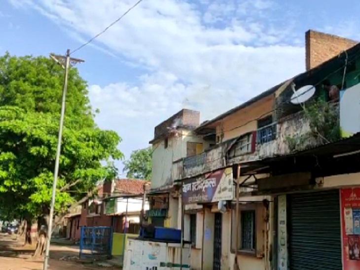 तस्वीर गौरेला के पोस्ट ऑफिस की है, जब लोगों की नजर पड़ी तो फौरन जानकारी बिजली विभाग को दी गई। - Dainik Bhaskar