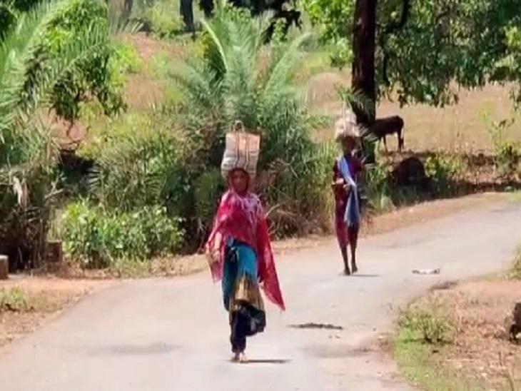 पूरे गांव में सन्नाटे के बीच राेजमर्रा की जरूरतों की चीजों के लिए महिलाएं आते-जाते दिखीं।