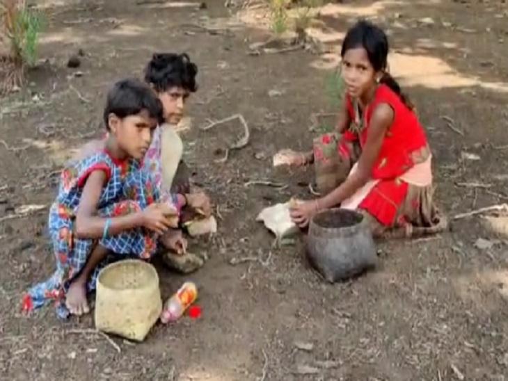 गांव के बाहर ये बच्चियां बिला मास्क के फल तोड़ती दिखीं।