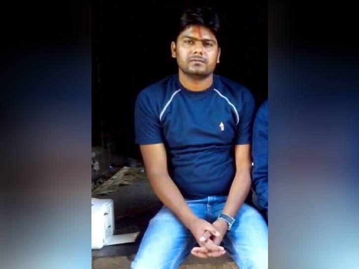 यह फोटो 4 दिसंबर 2014 की है। उसे गोरखपुर में गिरफ्तार किया गया था।