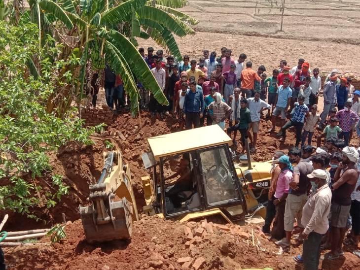 सफाई के दौरान हुआ हादसा, तीन जेसीबी की मदद से किया गया बचाव कार्य, एक की हालत गंभीर|जबलपुर,Jabalpur - Dainik Bhaskar