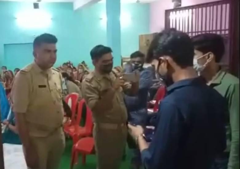बिना मास्क दरोगा जी पहुंचे शादी में, समझाने लगे कोविड प्रोटोकॉल; लोगों ने किया घेराव तो भाग कर बचाई जान उत्तरप्रदेश,Uttar Pradesh - Dainik Bhaskar