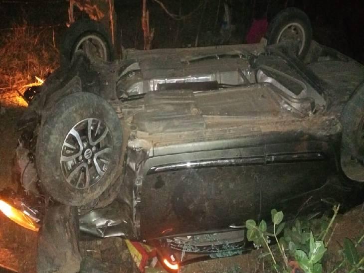 एनएच-30 पर रोड पार करते हुए दंपती को कार ने कुचला, अनियंत्रित होकर रोड किनारे खेत में पलटने से ड्राइवर भी घायल|जबलपुर,Jabalpur - Dainik Bhaskar
