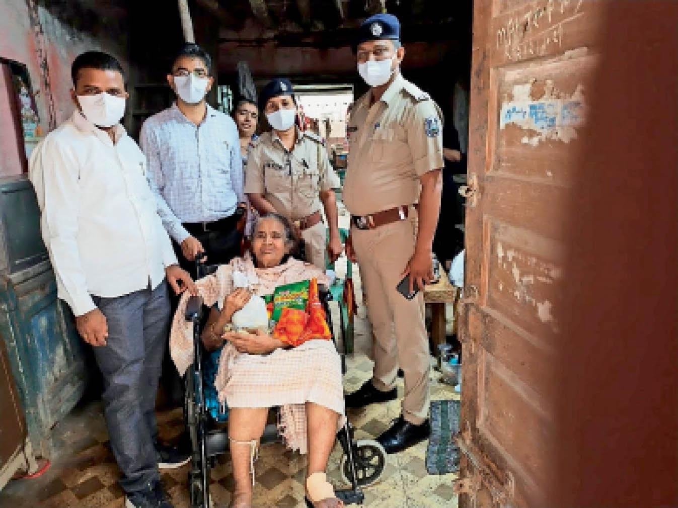 सीनियर सिटीजन की सुरक्षा व मदद के लिए महिधरपुरा पुलिस रोजाना 5-5 घरों का विजिट कर रिपोर्ट तैयार करती है गुजरात,Gujarat - Dainik Bhaskar