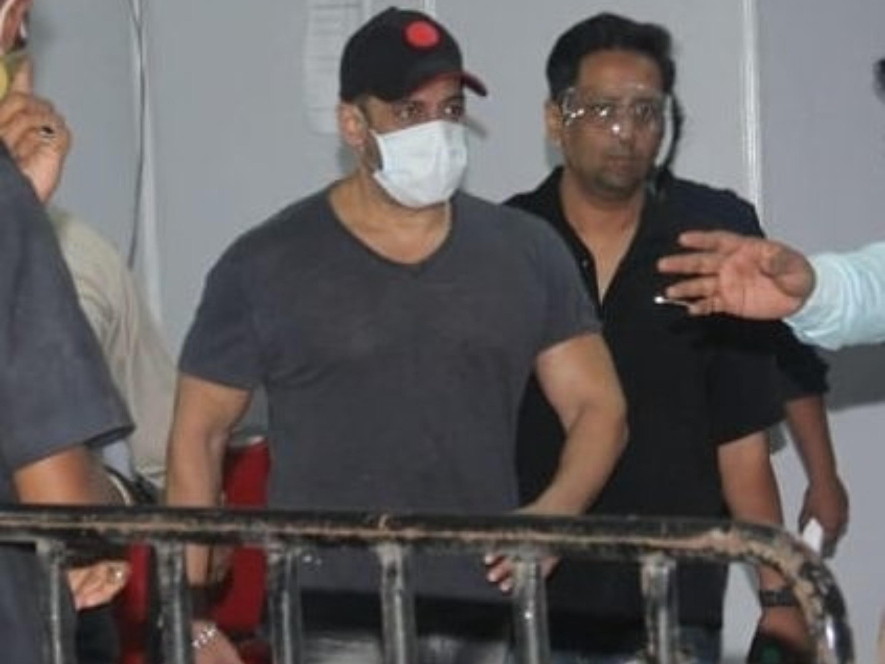 राधे की रिलीज के दूसरे दिन सलमान खान ने लगवाया कोरोना वैक्सीन का दूसरा डोज बॉलीवुड,Bollywood - Dainik Bhaskar