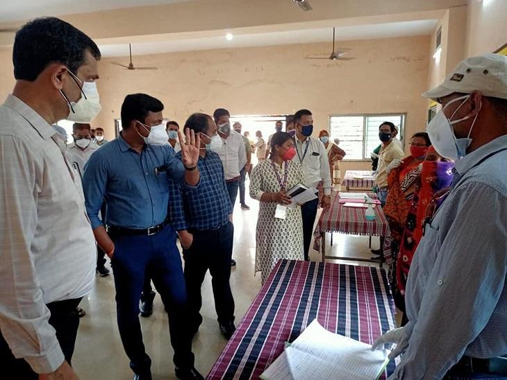 तस्वीर रायपुर के वैक्सीन सेंटर की है।