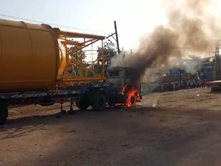 तस्वीर रायपुर के टाटीबंद इलाके की है। रेस्क्यू से पहले इसी तरह ट्रक से लपटें और धुआं उठ रहा था। - Dainik Bhaskar