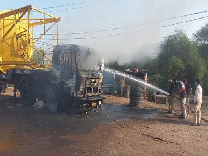 तस्वीर टाटीबंध हाइवे की है। रेस्क्यू टीम ने आग बुझाकर हालात काबू में लिए।