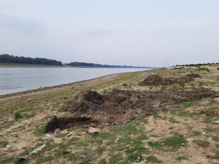 वाराणसी के सूजाबाद घाट के पास गंगा में मिले शवों को JCB की मदद से दफन किया गया।