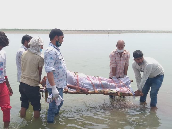 फोटो बुलंदशहर की है। यहां अंतिम संस्कार करने से पहले शव को स्नान कराते परिजन।