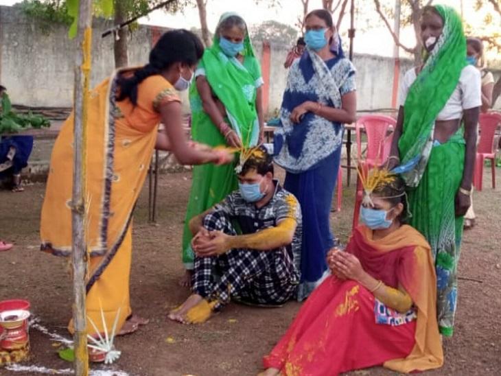 कोरोना संक्रमित मरीजों की शादी के समय हल्दी की रस्म अदा की गई।