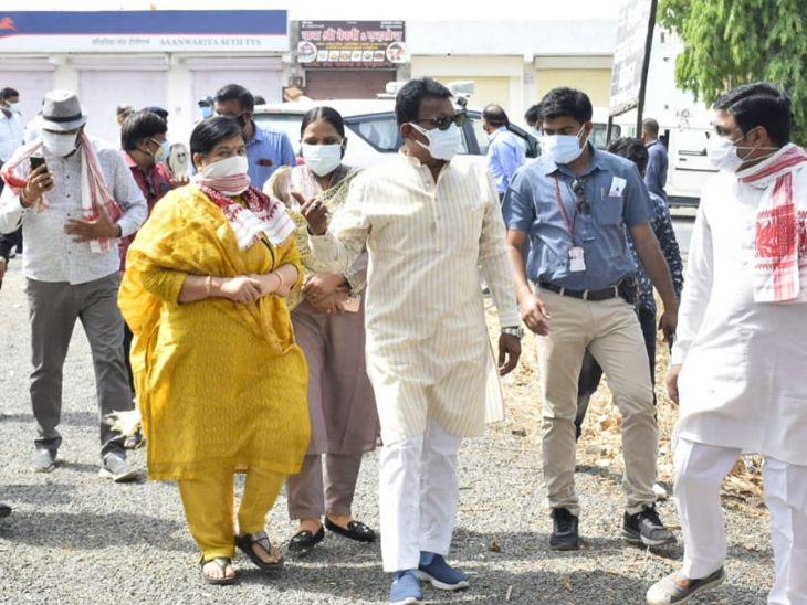 दोनों मंत्री गावली पलासिया गांव पहुंचे और ग्रामीणों से बात कर जानकारी ली।