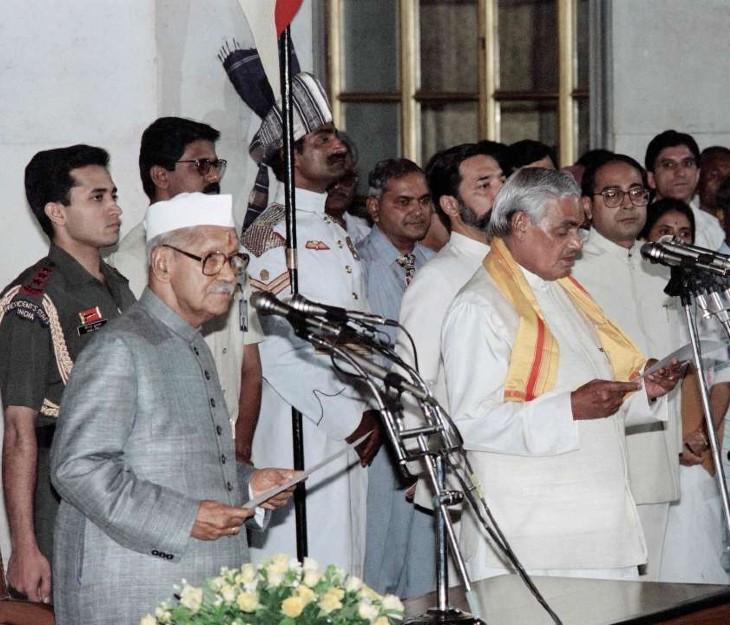 1996 में प्रधानमंत्री पद की शपथ लेते अटल बिहारी वाजपेयी