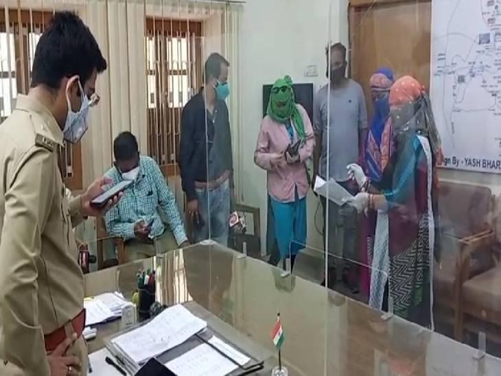 ASP रोहित काशवानी से शिकायत करते नीतू शिवहरे और परिवार वाले।