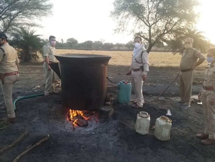 जमीन के अंदर टैंक में बना रहे थे शराब, आबकारी विभाग ने21 लाख से ज्यादा की शराब जब्त कर 9 केस दर्ज किए राजगढ़ (भोपाल),Rajgarh (Bhopal) - Dainik Bhaskar