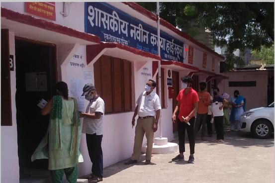 बिना रजिस्ट्रेशन दूसरा डोज लगवाने पहुंचने 45+ के लोगों को बिना वैक्सीनेशन लौटाया, बाद में सॉफ्टवेयर का एरर बता लगाया टीका|भोपाल,Bhopal - Dainik Bhaskar