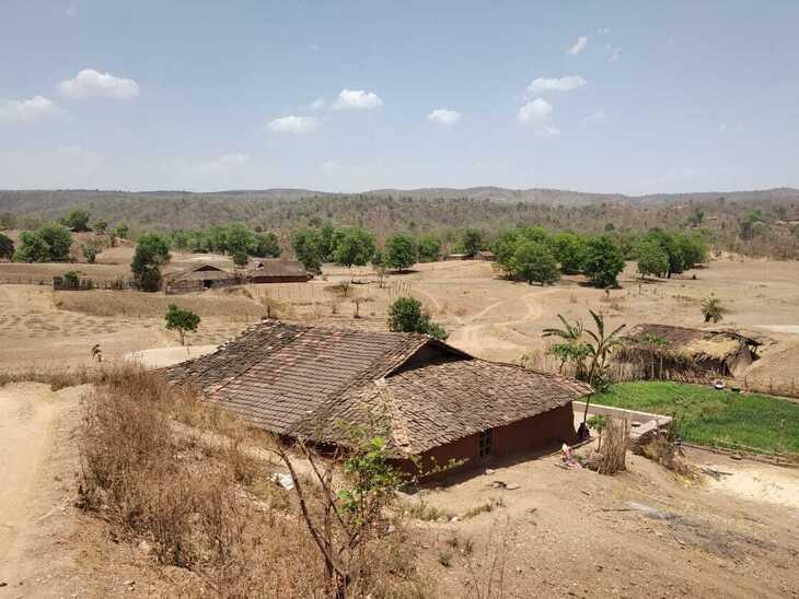 गांव में घर इतने दूर-दूर बने हैं, जैसे घरों के बीच भी सोशल डिस्टेंसिंग हो।