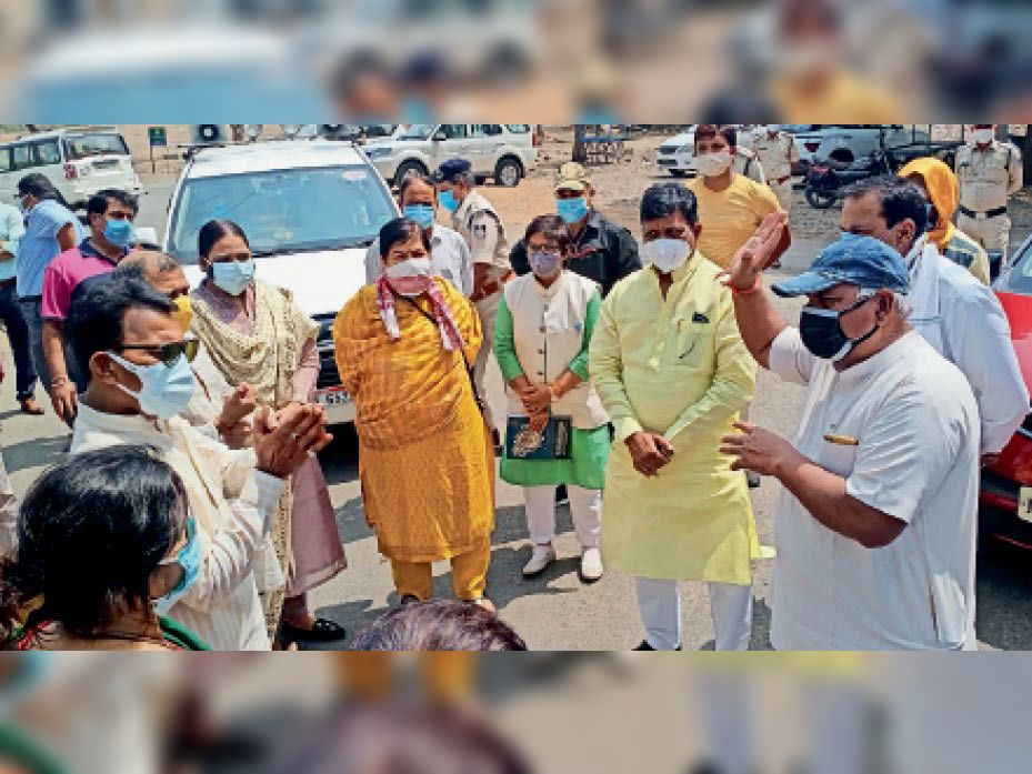 काेदरिया में मंत्री सिलावट ने हाथ जाेड़कर कहा पाॅजिटिव मरीजाें काे काेविड केयर सेंटर भेजाे। - Dainik Bhaskar
