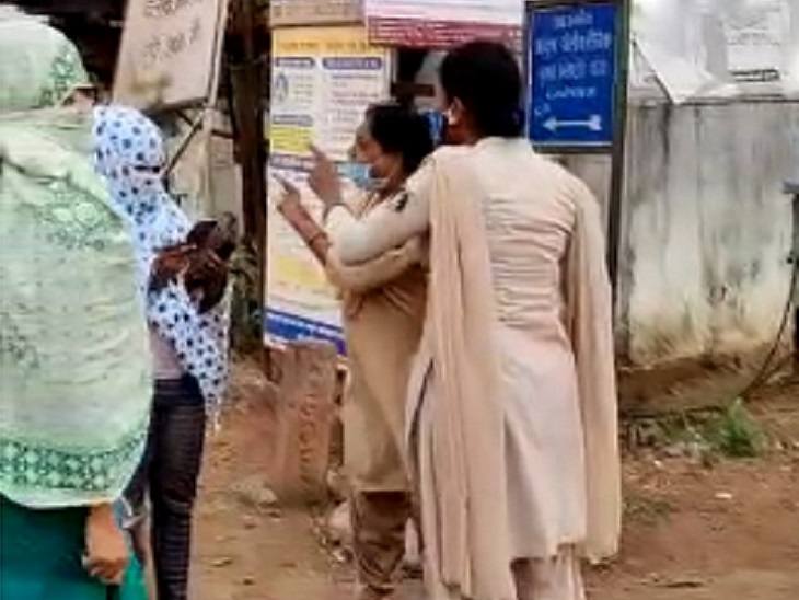 दंतेवाड़ा में चेकिंग के दौरान पुलिस ने स्कूटी सवार महिला को मारे थप्पड़; नेता जी से बात कराई, तब जाने दिया, थाने में हुआ समझौता|छत्तीसगढ़,Chhattisgarh - Dainik Bhaskar