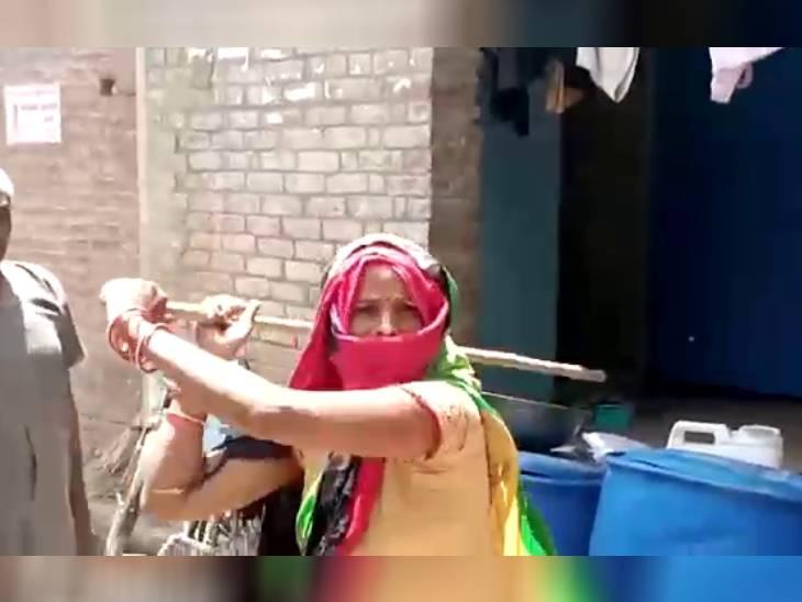 औरैया के गांव में स्वास्थ्यकर्मियों से हुई अभद्रता, वैक्सीनेशन के लिए पहुंची आशा बहु को दी गालियां-लाठी डंडे भी दिखाए|उत्तरप्रदेश,Uttar Pradesh - Dainik Bhaskar