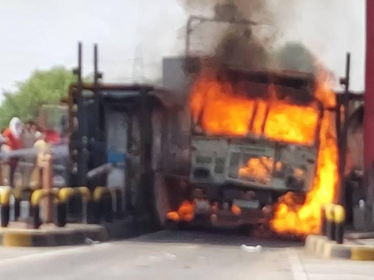 टोल देते समय चीनी लदे ट्रक में अचानक लगी आग, टोल प्लॉजा का सामान भी जला; चालक और क्लीनर ने कूदकर बचाई जान|उत्तरप्रदेश,Uttar Pradesh - Dainik Bhaskar