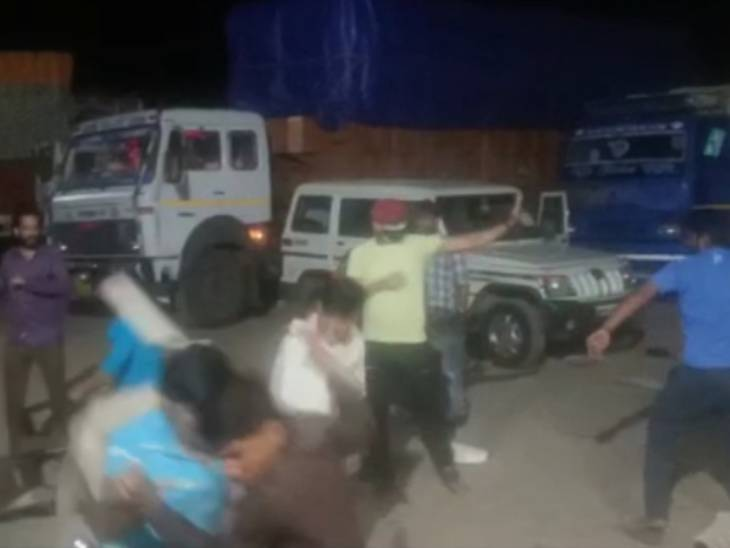 रंगदारी न देने पर कोरोना मरीजों की सेवा में लगे एंबुलेंस कर्मियों पर हमला; पुलिसकर्मी बचाने की जगह वीडियो बनाते रहे|उत्तरप्रदेश,Uttar Pradesh - Dainik Bhaskar