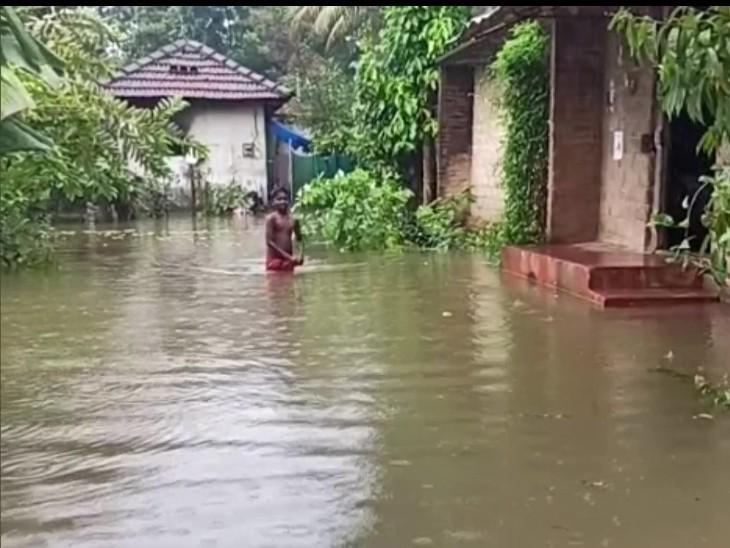 केरल में तेज बारिश की वजह से कई इलाकों में घरों में पानी घुस गया है।