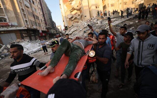 गाजा प्ट्टी पर हुई एयरस्ट्राइक के बाद घायलों को अस्पताल पहुंचाते लोग।