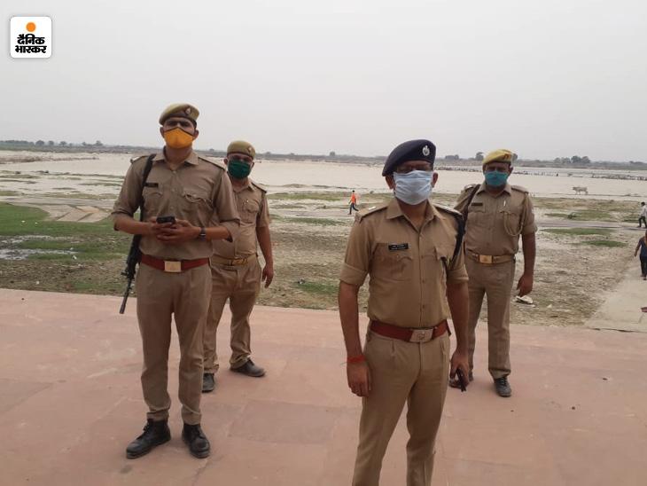 सोमवार को एसपी गंगापार धवल जायसवाल घाट का निरीक्षण करने पहुंचे।