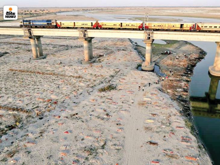 प्रयागराज में गंगा किनारे दफनाई गई लाशें।