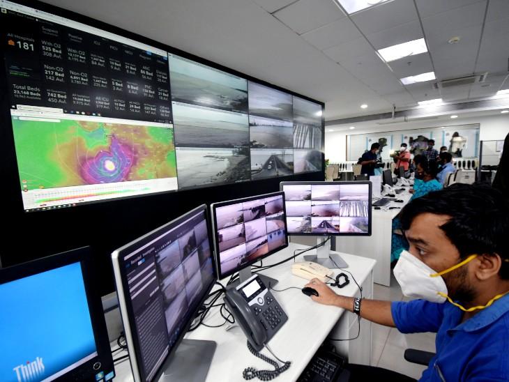 मुंबई नगर निगम के आपदा प्रबंधन नियंत्रण कक्ष के कर्मचारी तूफान पर नजर रखे हुए हैं।