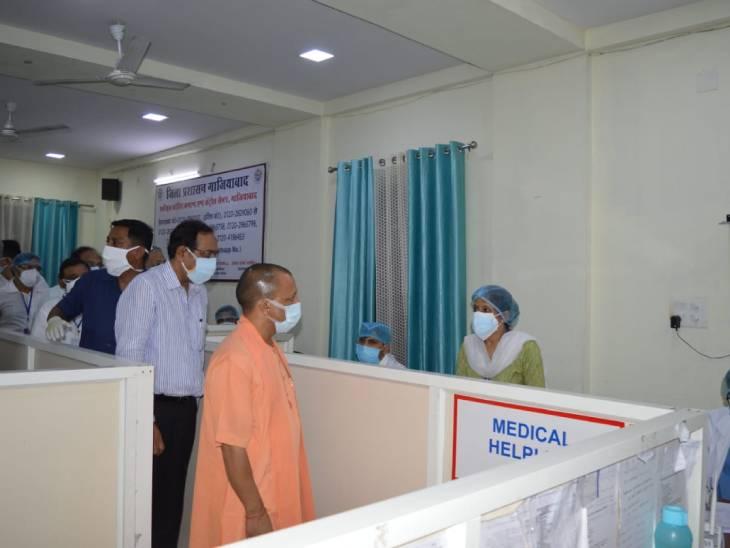 मुजफ्फरनगर में कोविड कमांड सेंटर का निरीक्षण करते मुख्यमंत्री योगी आदित्यनाथ। उन्होंने फोन करने वाले तीमारदारों और मरीजों को पूरी मदद देने की बात कही।