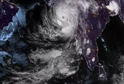 समुद्री तूफान पहले दीव से 10 किलोमीटर दूर टकराया, इसके बाद गुजरात के ऊना पहुंचा।