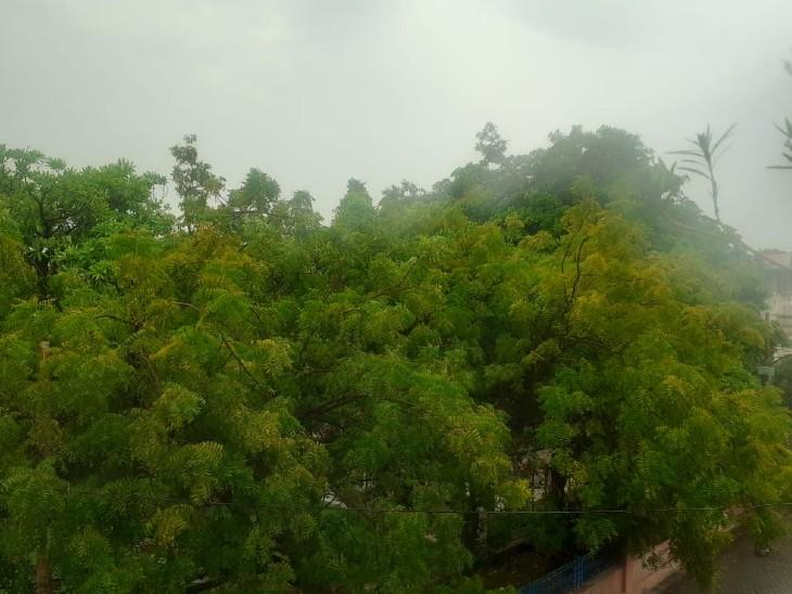फोटो झांसी की है। यहां सुबह से ही बादल छाए हुए थे। अब बारिश शुरू हो गई है।