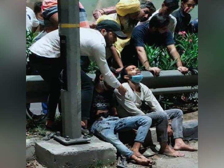 लुधियाना में चंडीगढ़ रोड पर सड़क हादसे में घायल हुए युवकों को संभालते परिवार के लोग। - Dainik Bhaskar