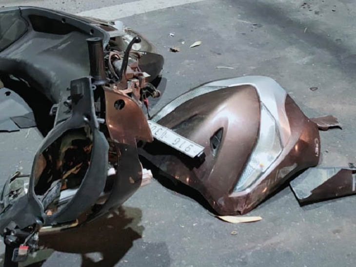 घटनास्थल पर पड़ी क्षतिग्रस्त स्कूटी और हेलमेट।