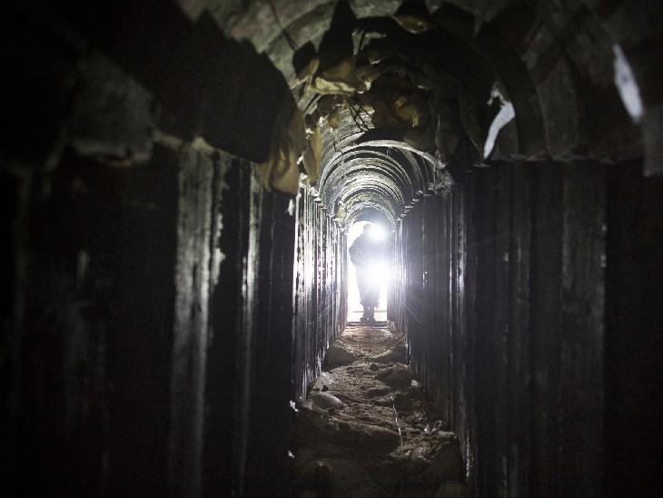 हमास ने गाजा पट्टी में इसी तरह की कई सुरंगें बनाई हैं। ये कई मीटर लंबी हैं।