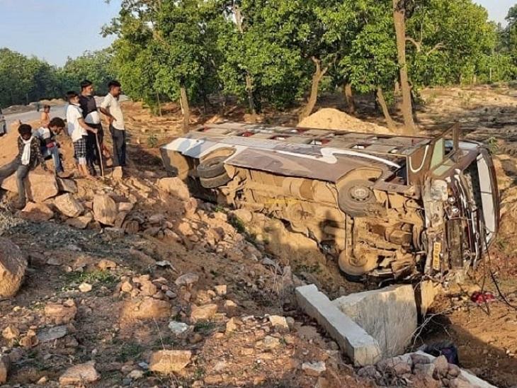 अंबिकापुर में रायपुर से झारखंड जा रही बस पलटने से 16 यात्री घायल हो गए। इनमें 3 की हालत गंभीर है। - Dainik Bhaskar