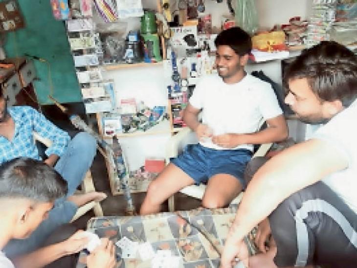 कलानौर के निगाना गांव में कोरोना के बढ़ते केस के बीच दुकान के अंदर बैठकर ताश खेलते युवा। - Dainik Bhaskar